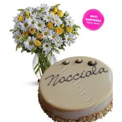 Torta crema Nocciola con Bouquet di Margherite e Roselline
