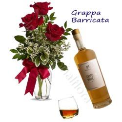 Bottiglia di Grappa Barricata con Bouquet di 3 Rose rosse