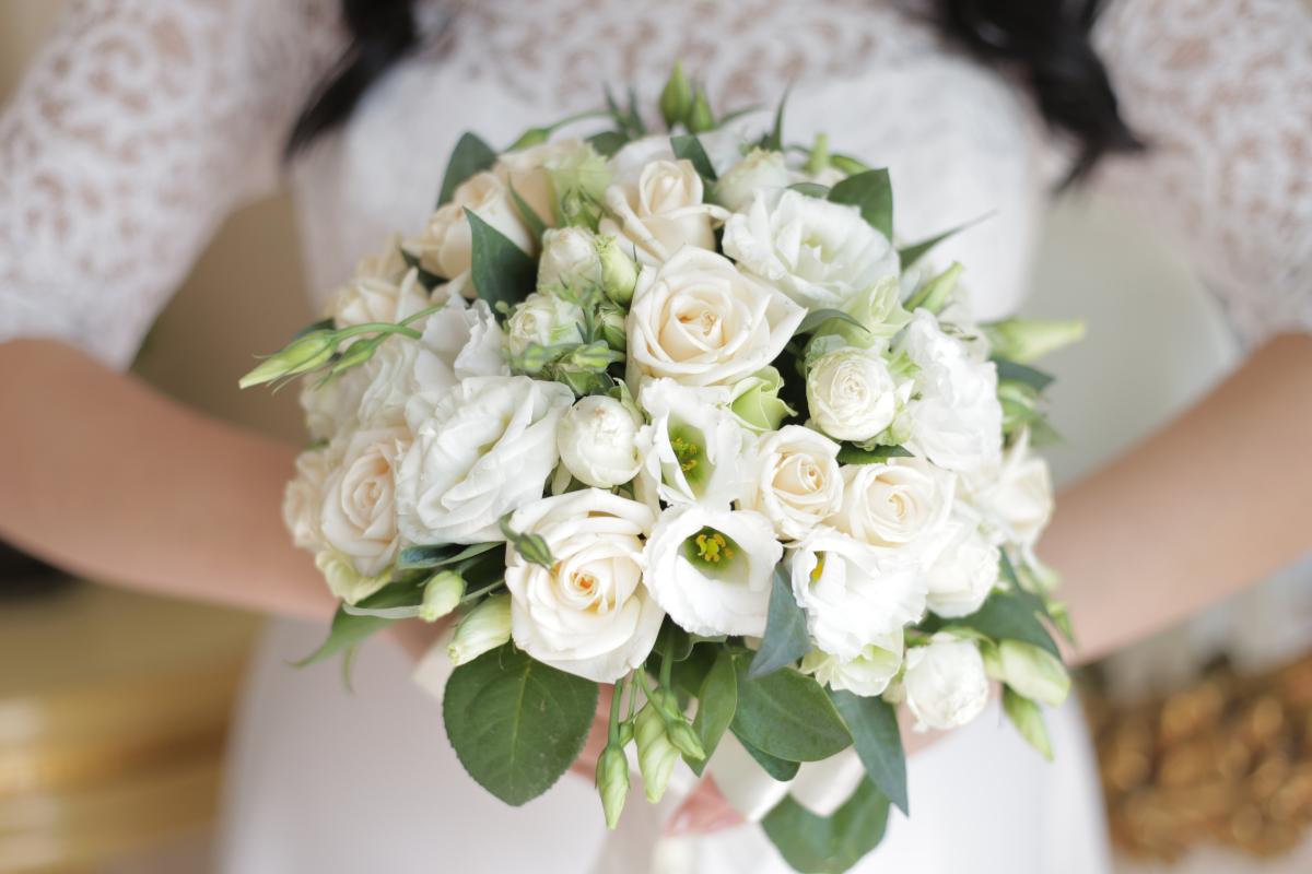 Matrimonio? Perché il bouquet di rose bianche è un classico senza tempo